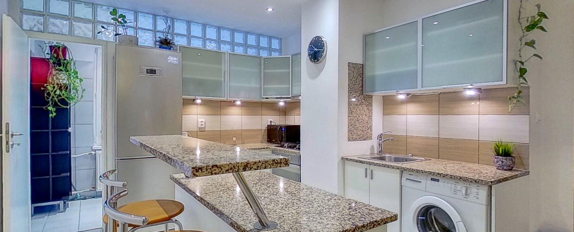 Pohľad na kuchyňu a vstup do kúpeľne