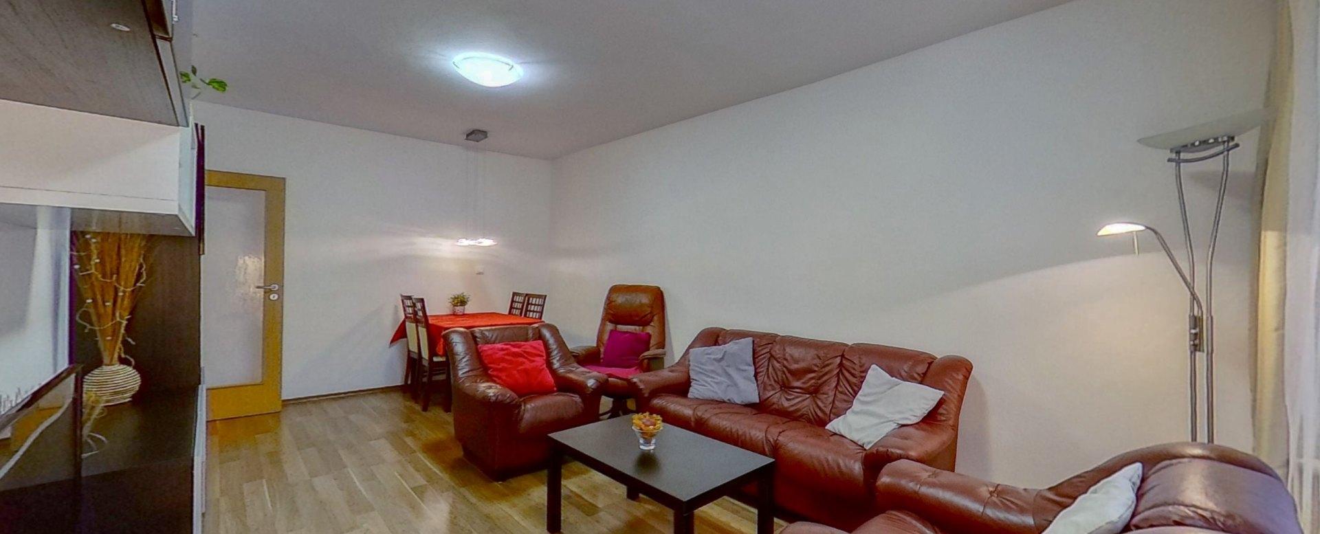 Pohľad na sedaciu súpravu s konferenčným stolíkom v obývacej izbe