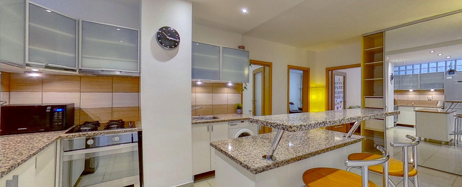 Pohľad na kuchyňu a vstupy do izieb