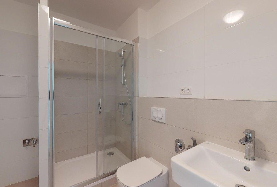 Moderná kúpeľňa s umývadlo, toaletou, bidetom a sprchovým kútom v 1-izbovom byte na Beskydskej
