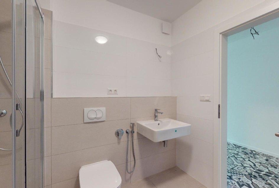 Kúpeľňa so sprchovým kútom a bidetom v 1-izbovom byte na Beskydskej 10