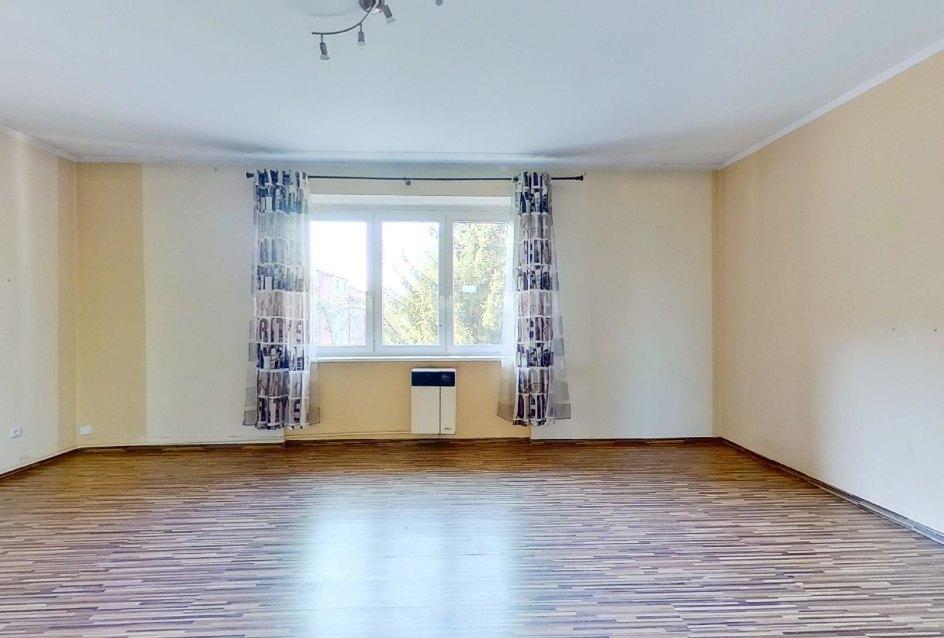 priestranná izba a pohľad na okno