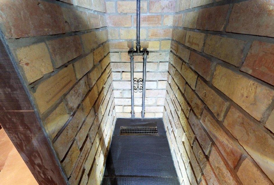Sprchový kút s tehličkami v byte na Dieňovej ulici