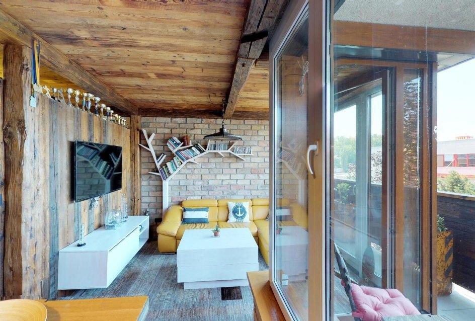 Pohľad na balkón a obývaciu izbu