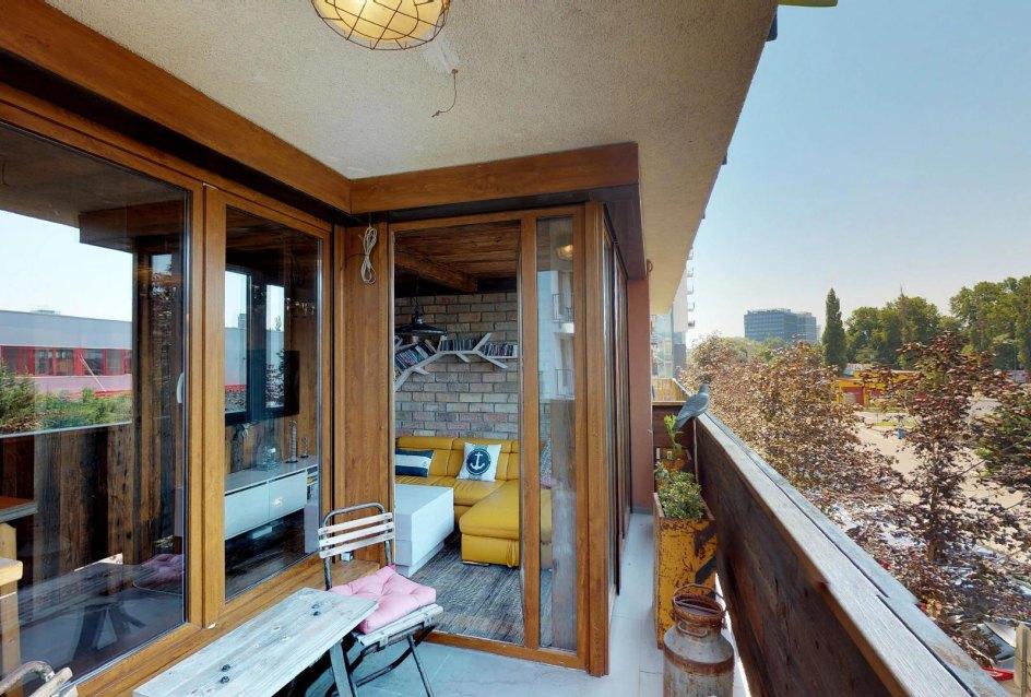 Pohľad z balkóna do obývačky