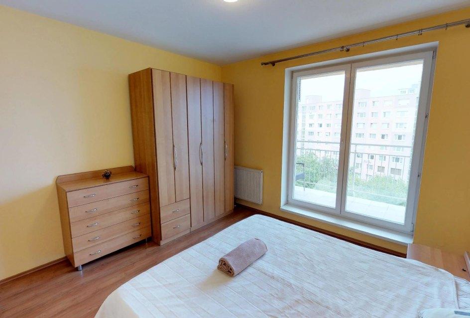 Spálňa so skriňou, manželskou posteľou a lodžiou v 2-izbovom byte na Budatínskej uliciv Petržalke