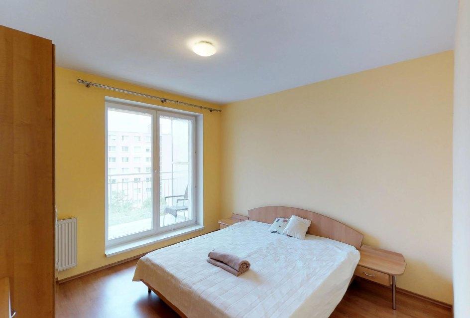 Spálňa s manželskou posteľou v 2-izbovom byte na Budatínskej uliciv Petržalke