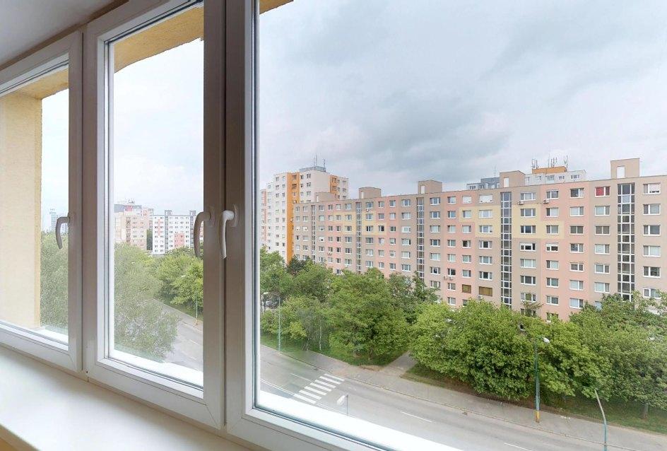 Výhľad z obývacej izby v 2-izbovom byte na Budatínskej uliciv Petržalke