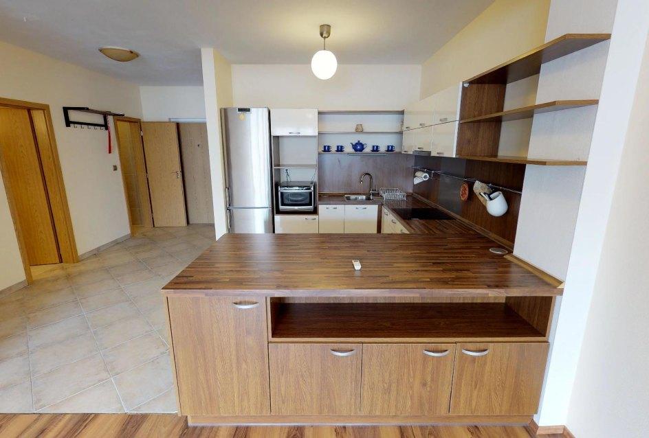 Pohľad do kuchyne a predsieni v 2-izbovom byte na Budatínskej uliciv Petržalke
