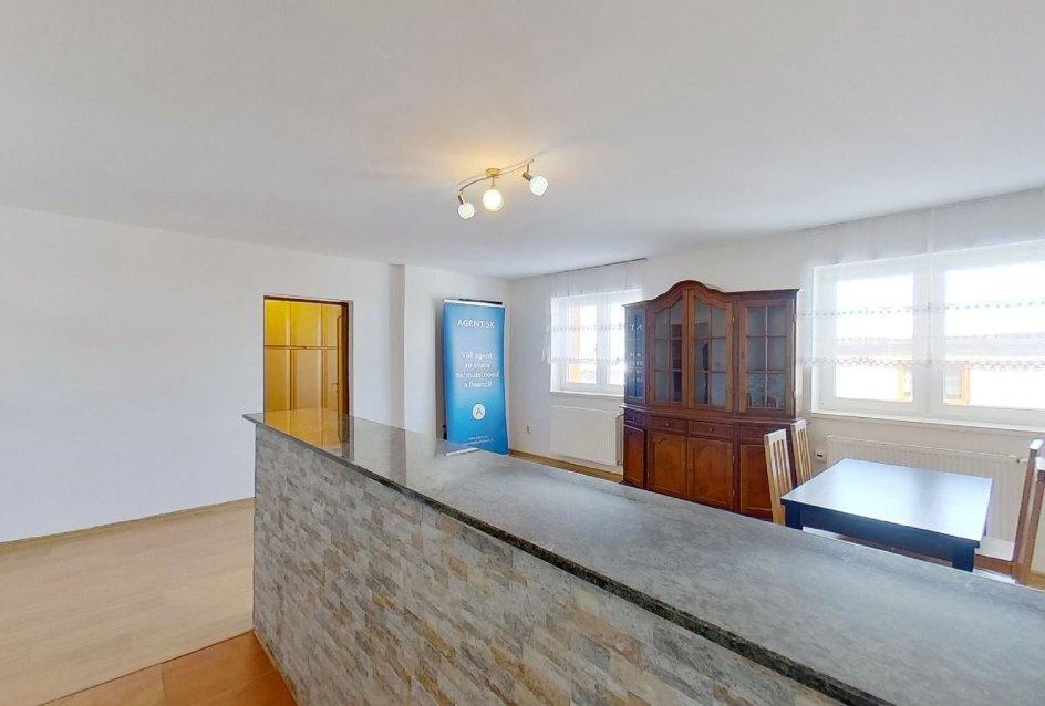 obývacia izba s jedálneskym stolom