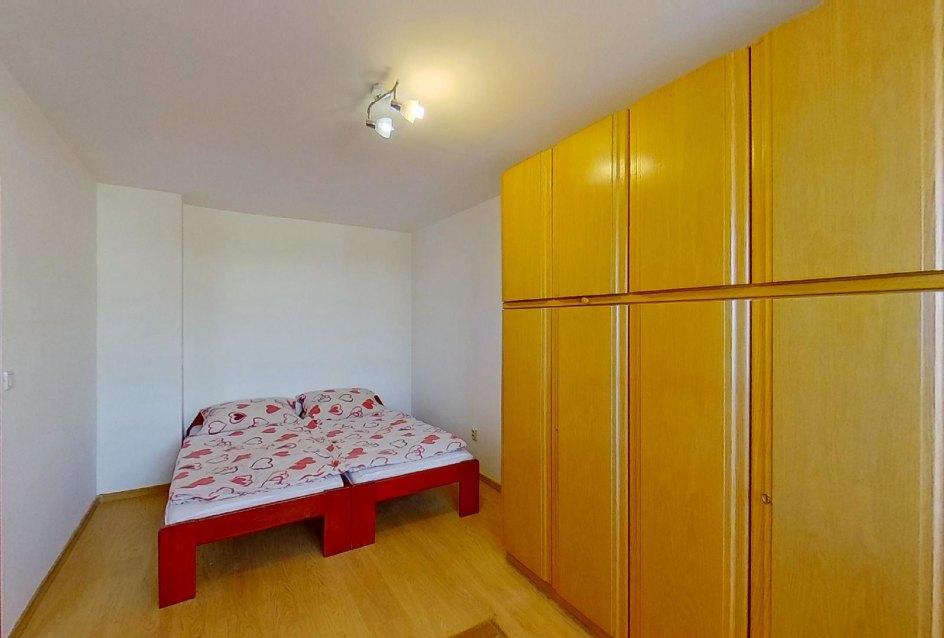 skrine a posteľ v spálni