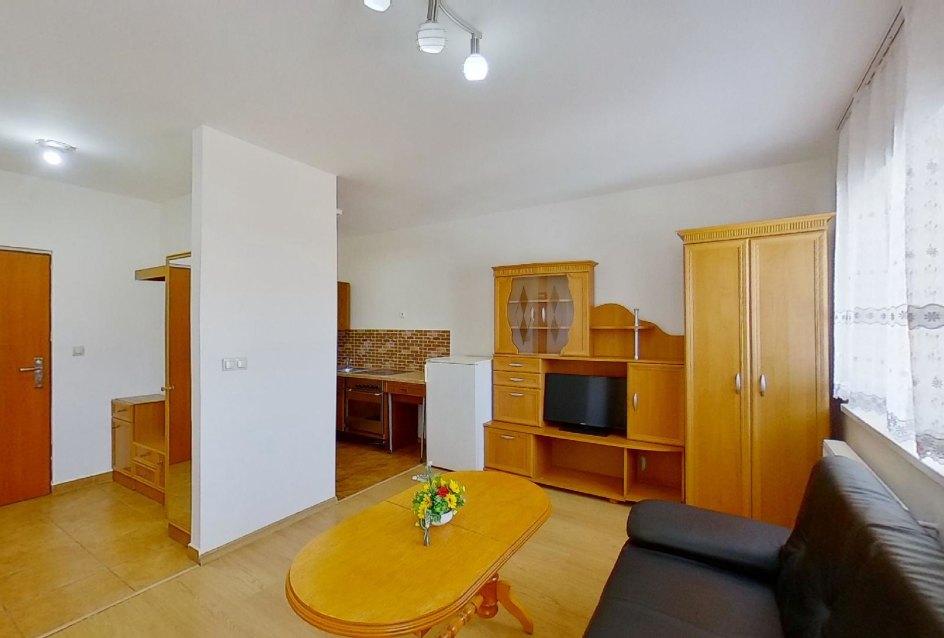 obývacia izba so vstupom do bytu