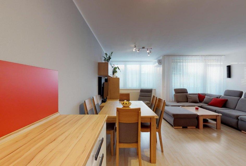 pohľad z kuchyne na obývaciu časť