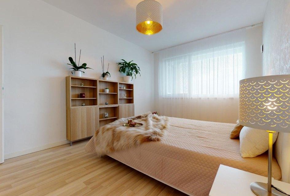 pohľad na manželskú posteľ a na'bytok
