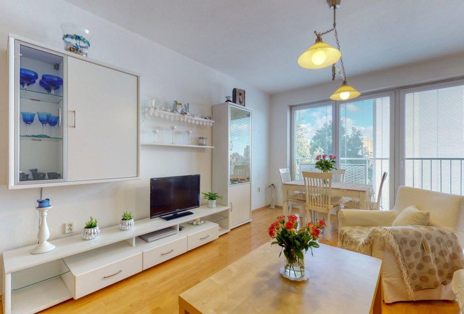 Svetlá obývacia izba s nábytkom