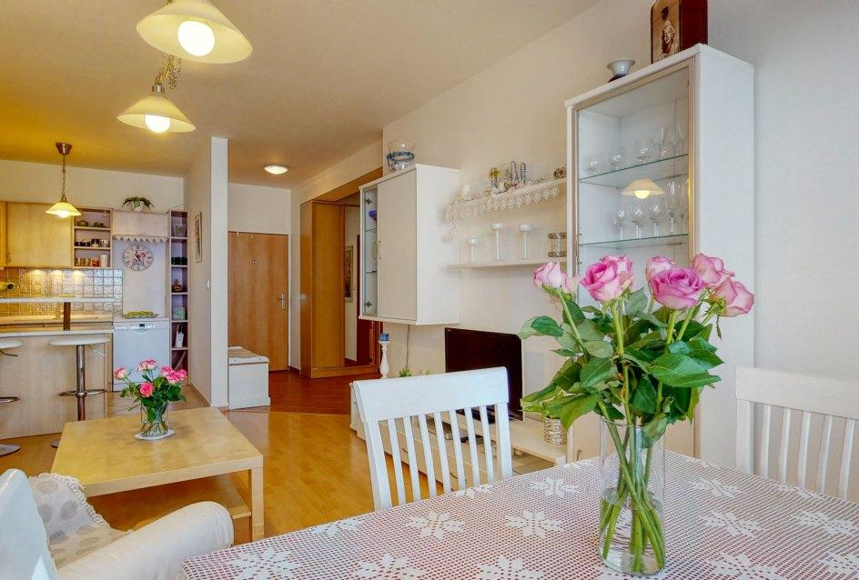 Jedálenský stôl so stoličkami v obývačke