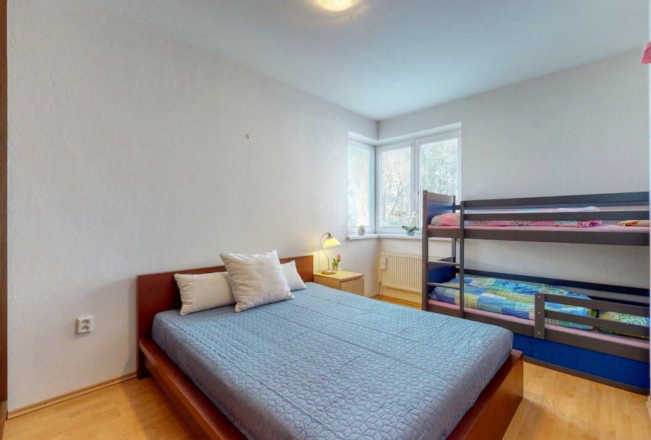 Poschodová posteľ v spálni
