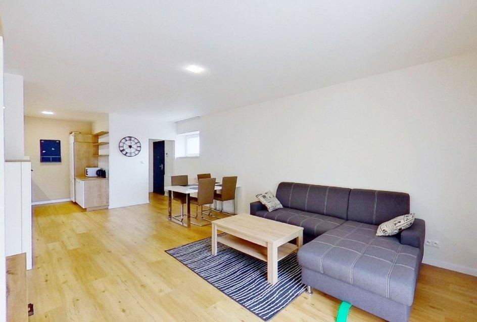 Zariadená obývacia izba s kuchyňou