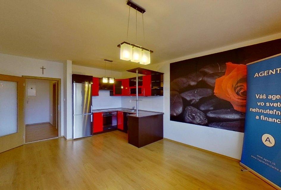 Obývacia izba s kuchynskou linkou v 2-izbovom byte na ulici Jana Kráľa v Čadci