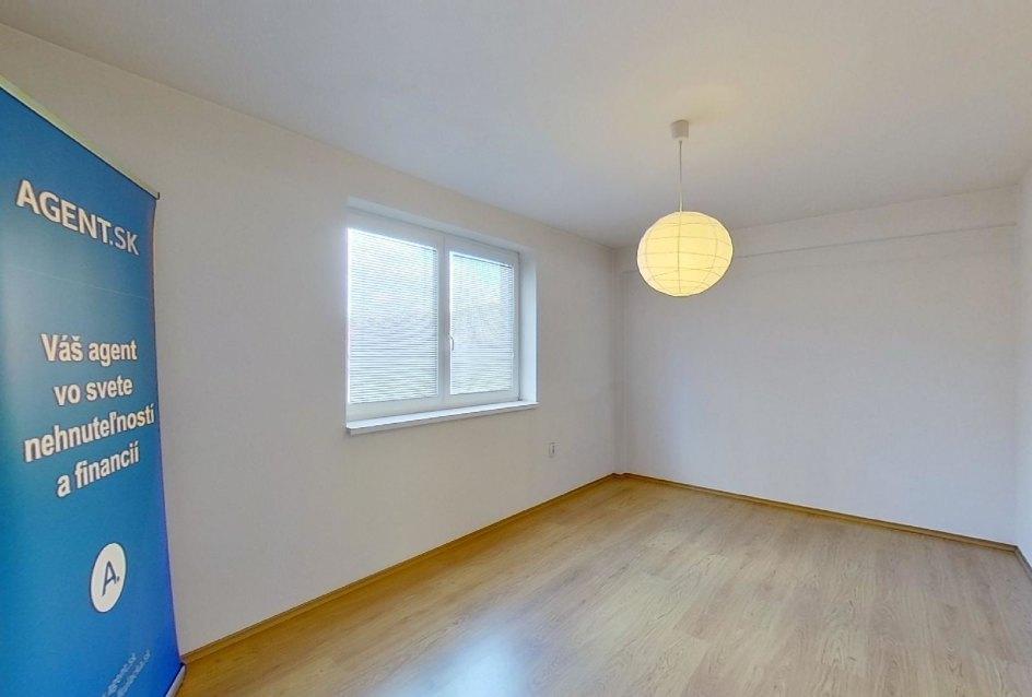 Spálňa Obývacia izba s kuchynskou linkou v 2-izbovom byte na ulici Jana Kráľa v Čadci