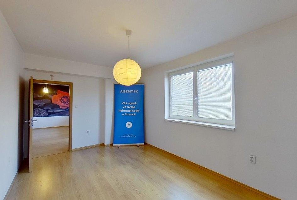 Pohľad zo spálne Obývacia izba s kuchynskou linkou v 2-izbovom byte na ulici Jana Kráľa v Čadci