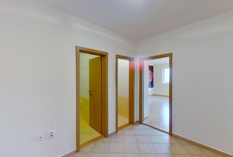 Predsieň Obývacia izba s kuchynskou linkou v 2-izbovom byte na ulici Jana Kráľa v Čadci