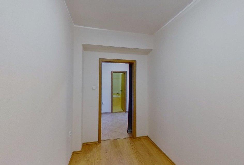 Pohľad zo šatníka Obývacia izba s kuchynskou linkou v 2-izbovom byte na ulici Jana Kráľa v Čadci