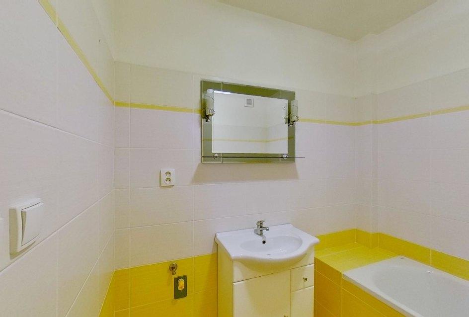 Kúpeľňa s vaňou Obývacia izba s kuchynskou linkou v 2-izbovom byte na ulici Jana Kráľa v Čadci
