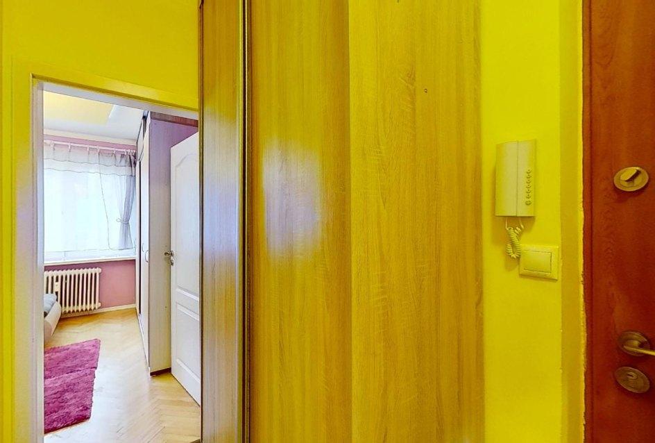 Vstavaná skriňa v chodbe 2-izbového bytu na Školskej v Čadci