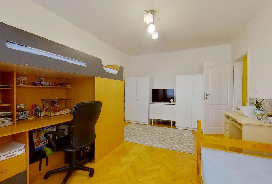 Posteľ s písacím stolom v detskej izbe v 2-izbovom byte na Školskej v Čadci