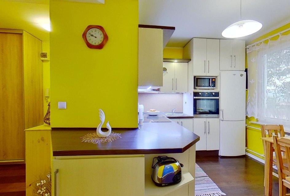 Pohľad od kuchyňe a chodby v 2-izbovom byte na Školskej v Čadci