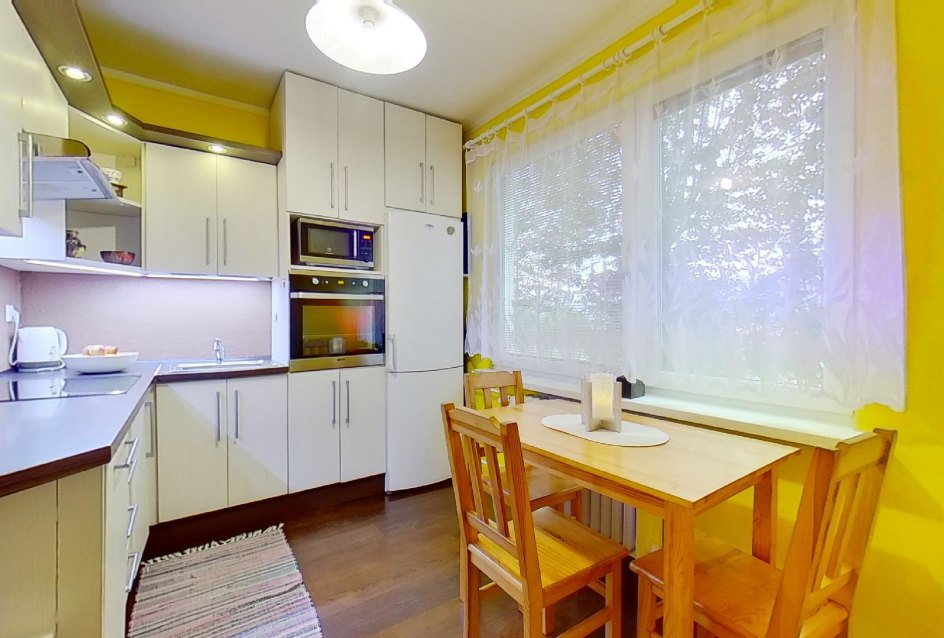 Pohľad na kuchynskú linku a jedálensky stôl v 2-izbovom byte na Školskej v Čadci