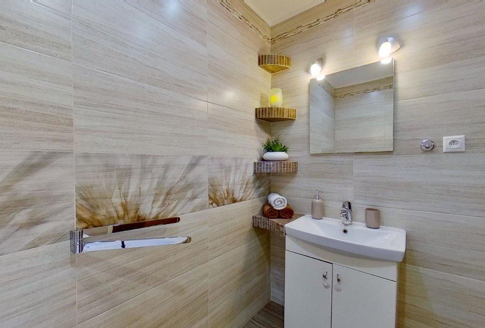 Umývadlo so skrinkou v kúpeľni v 2-izbovom byte na Školskej v Čadci