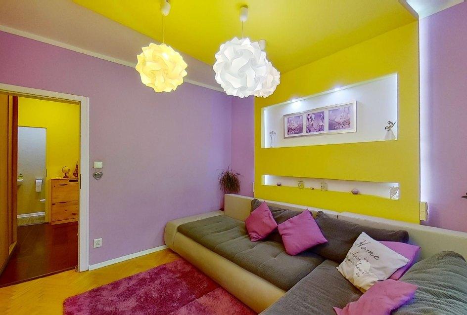 Veselé farby v obývacej izbe v 2-izbovom byte na Školskej v Čadci