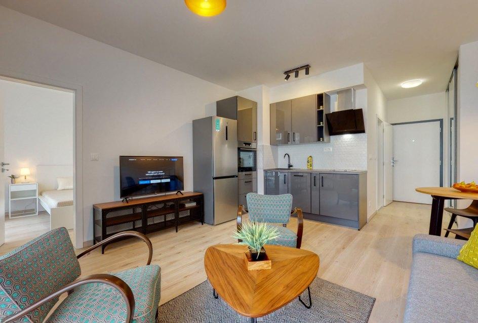Obývacia izba s kuchynským kútom a TV
