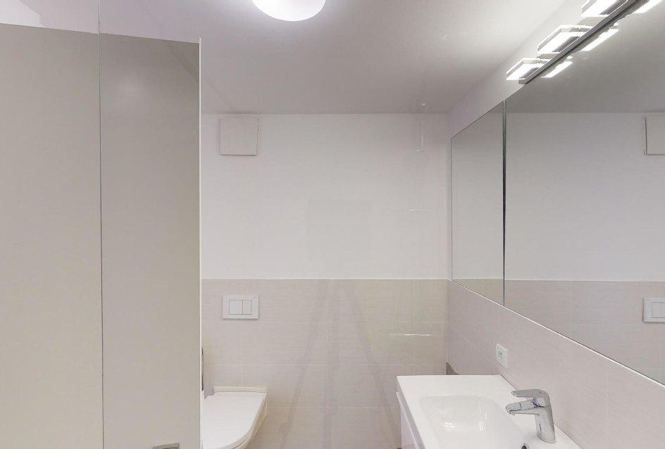 Pohľad v kúpeľni v 2-izbovom byte na Strážnickej ulici v Starom meste Bratislavy