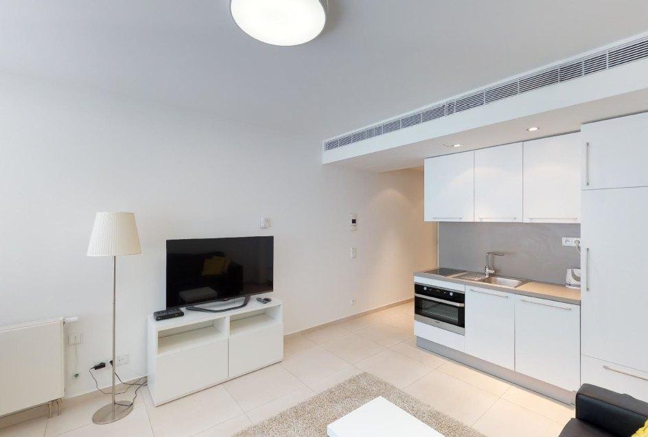 Pohľad na TV a kuchynský kút