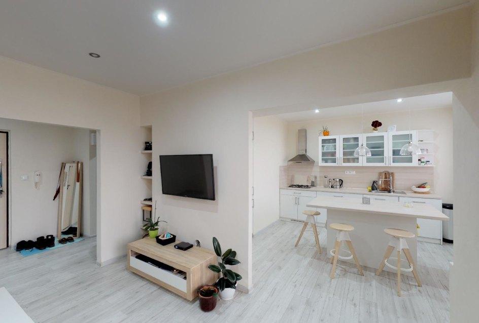 Pohľad z obývacej izby do chodby a kuchyne v 2-izbovom byte na bulvári v Žiline