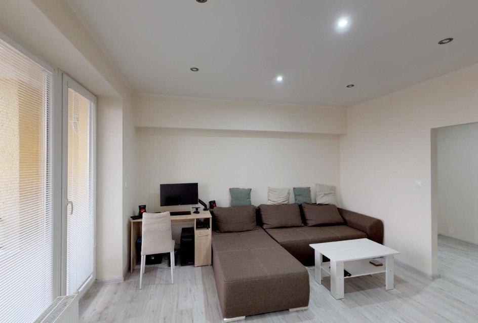 Pohľad do obývacej izby v 2-izbovom byte na bulvári v Žiline