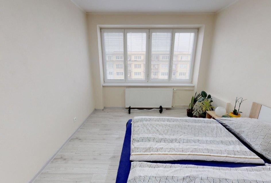 Pohľad do spálne v 2-izbovom byte na bulvári v Žiline