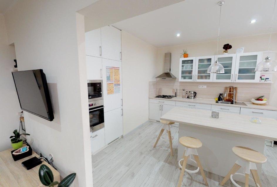Pohľad do kuchyne a na TV v 2-izbovom byte na bulvári v Žiline