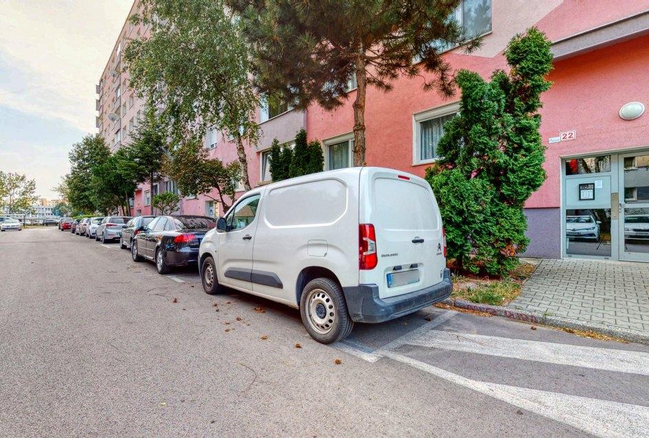 Cesta a parkovanie pred bytovým domom