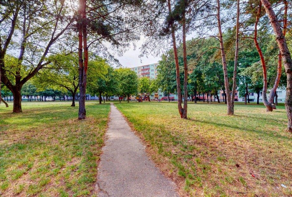Pohľad na detské ihrisko v parku