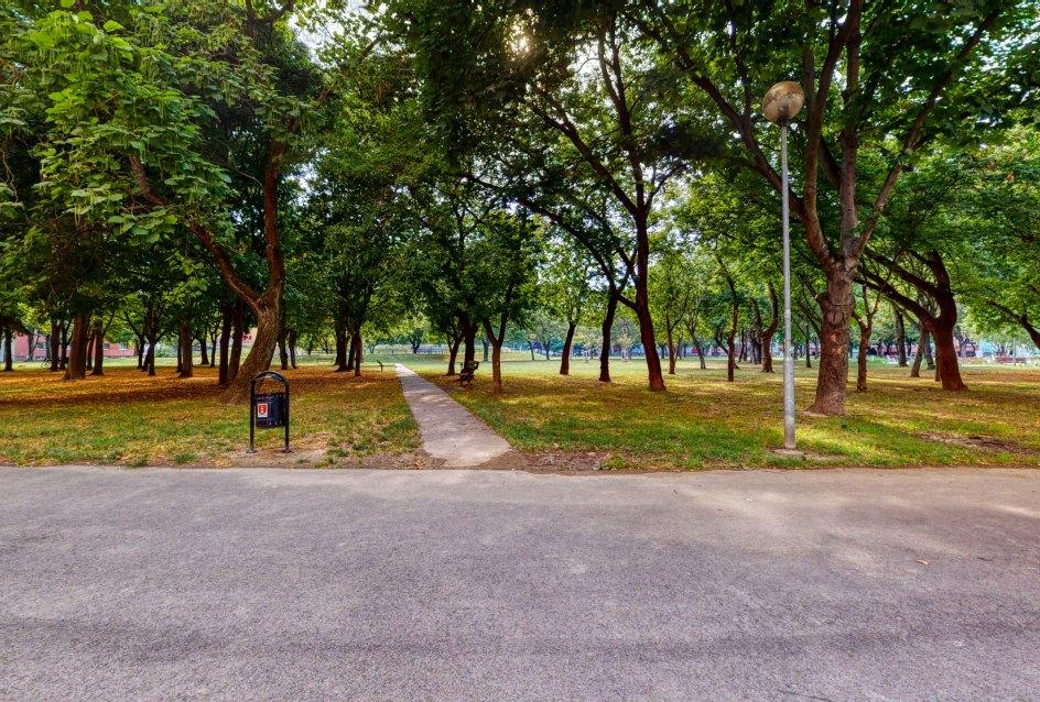 Pohľad do vnútrobloku s parkom