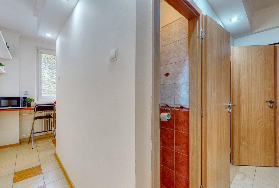 Pohľad na chodbu, toaletu a kuchyňu