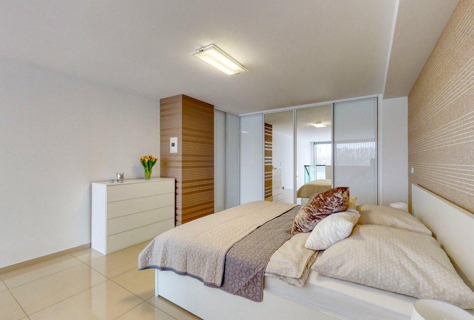 Manželská posteľ, komoda a vstavané skrine so zrkadlom