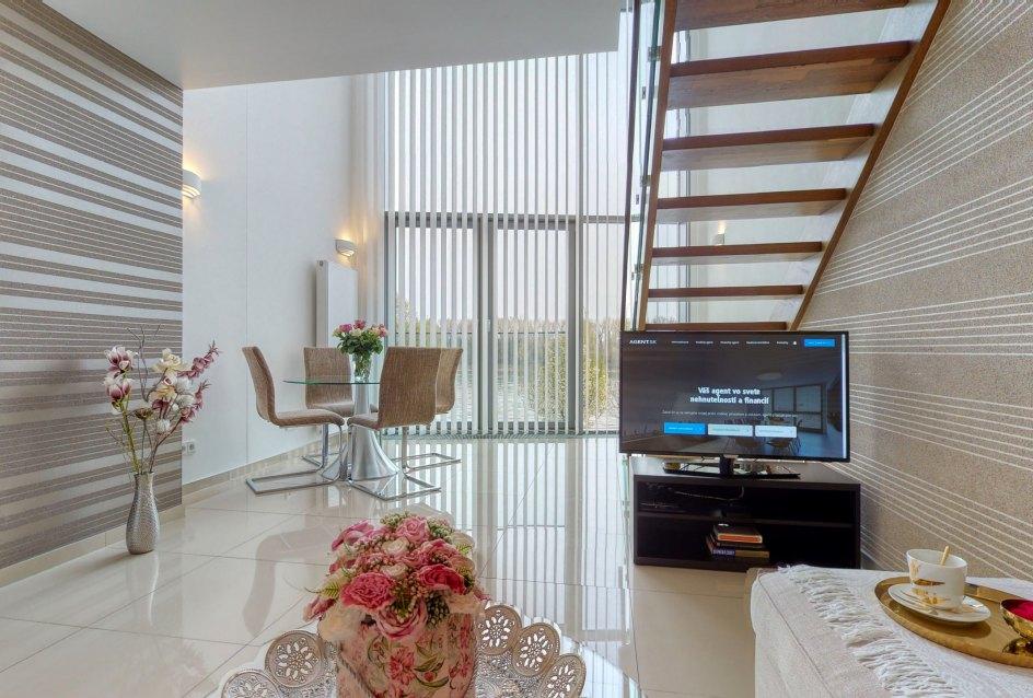 Obývacia izba s TV a internetom