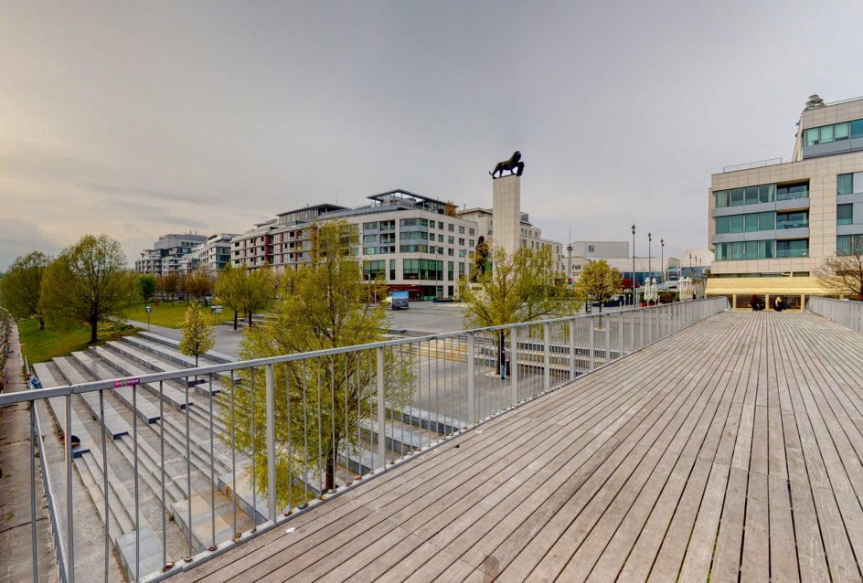 Mólo na nábreží Dunaja a pohľad na Námestie M. R. Štefánika