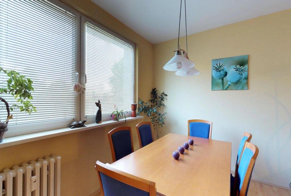 jedálenský stôl v obývacej izbe