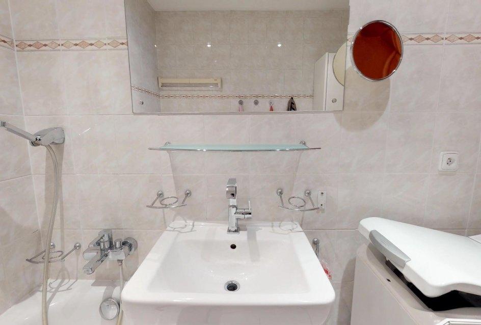 pohľad na umývadlo v kúpeľni